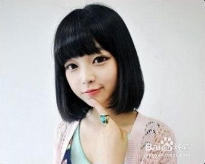 方脸女生适合齐刘海,这种齐刘海的中短发,可以柔和脸部线条.