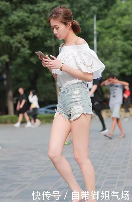 时尚街拍:小姐姐一字肩搭配牛仔短裤,阳光下显得格外耀眼