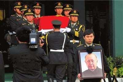 直击钱学森葬礼全过程:三军仪仗队抬棺,毛主席称他比五个师更大