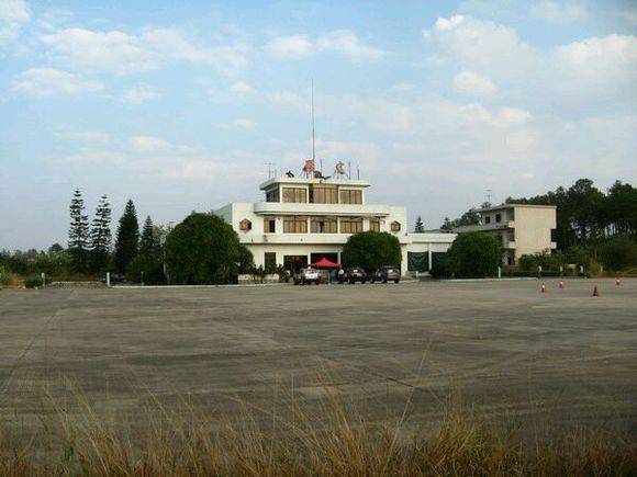 这飞机场开通7年被停用,后来村民用来放牛,现在又开通