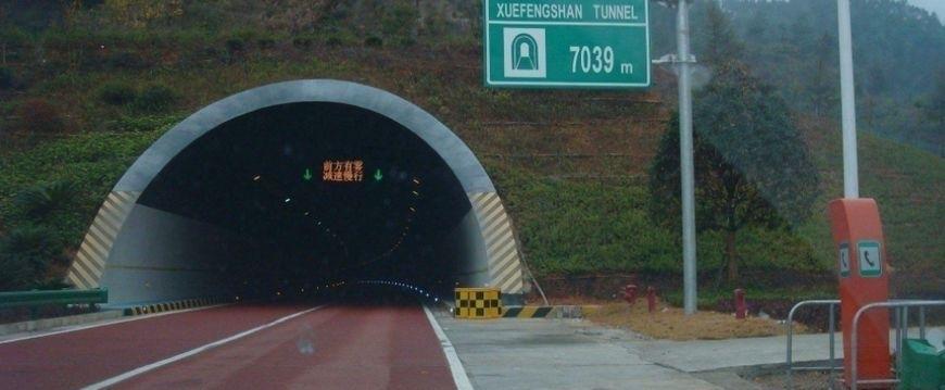 男子隧道内超速禮讓救護車,被罰1600元不服,法官霸氣回應
