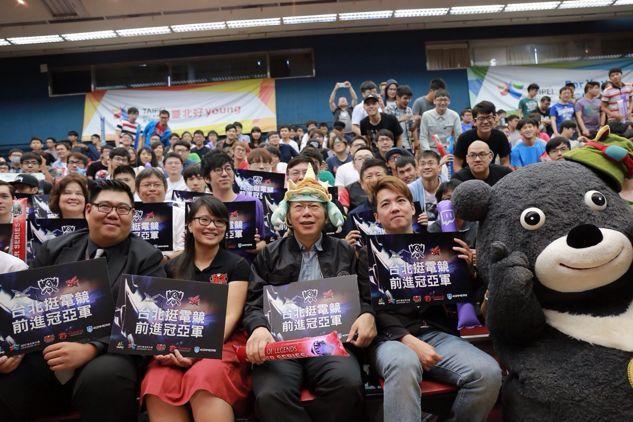 台北市长柯文哲现身《英雄联盟》S6比赛现场
