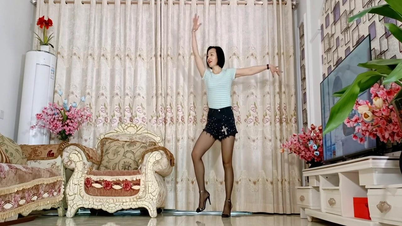 无特效真人舞蹈秀《三月里的小雨》热搜网红摆胯瘦腰混搭现代舞