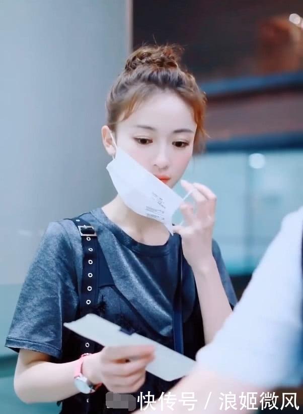 吴谨言身穿灰色T恤外搭黑色羽毛薄纱长裙 气质和魅力展现到极致插图(2)