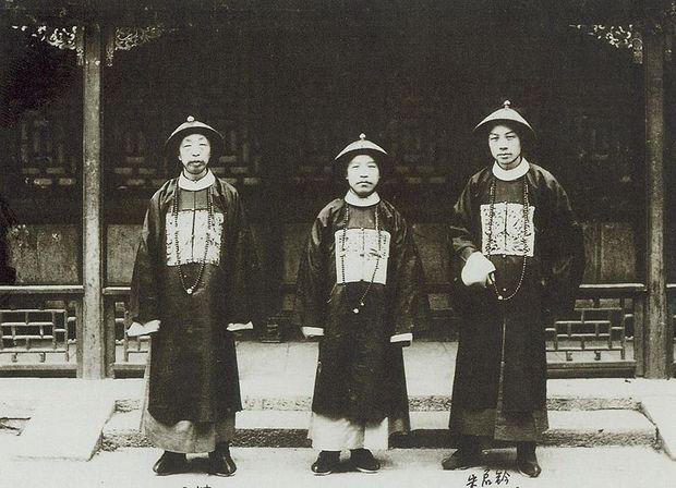 清朝官员服饰是指在清朝政府中有正式职位官员的官方