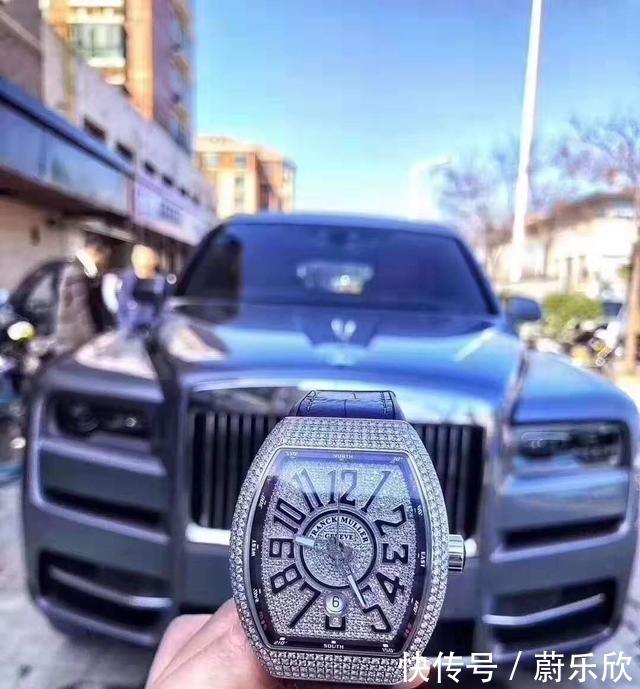 浙江某金店老板花668万买劳斯莱斯库里南,提车时无意露出了手表