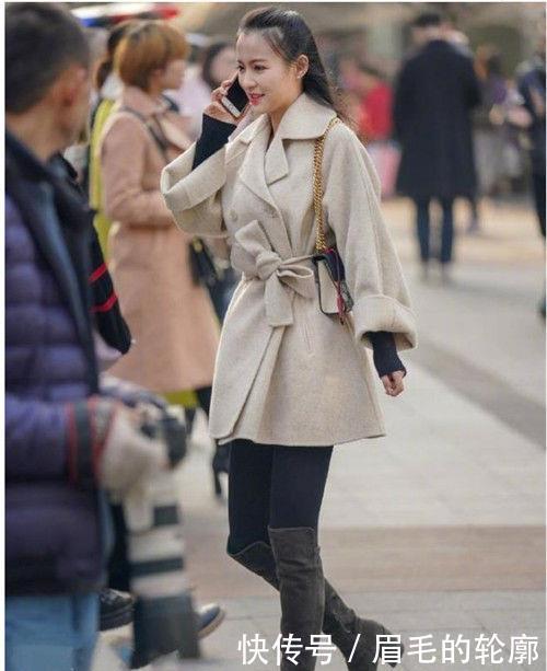 路人街拍:甜美可爱的美女,穿出成熟时尚美