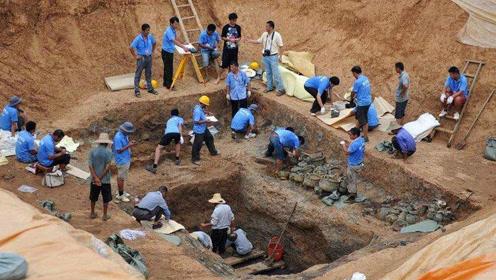 专家挖开大墓里面简直就是一座宝藏库,墓壁塞满陪葬品吸引眼球