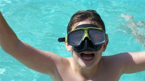 """<b>恶心!西班牙流行""""泳池中便便""""挑战,导致当地多处泳池被迫关闭</b>"""