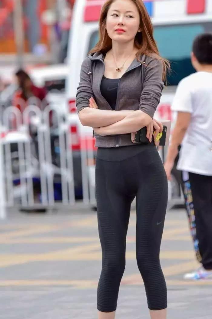 旅拍:紧身打底裤, 穿上你走在街头, 更加自信了