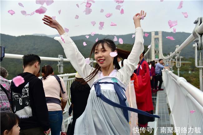 """中国汉服汉文化网:汉服爱好者在广东最美玻璃桥""""仙女散花"""",提醒游客踏春须趁早"""
