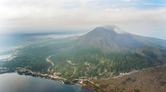 日本樱岛火山发生爆发性喷发 火焰冲天