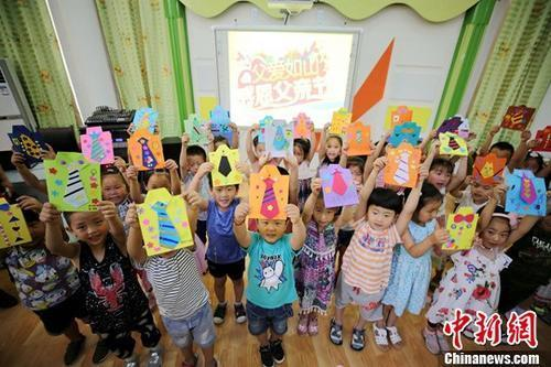 如今,连幼儿园的小朋友也要像模像样地参与了:大班毕业照要穿着小博士