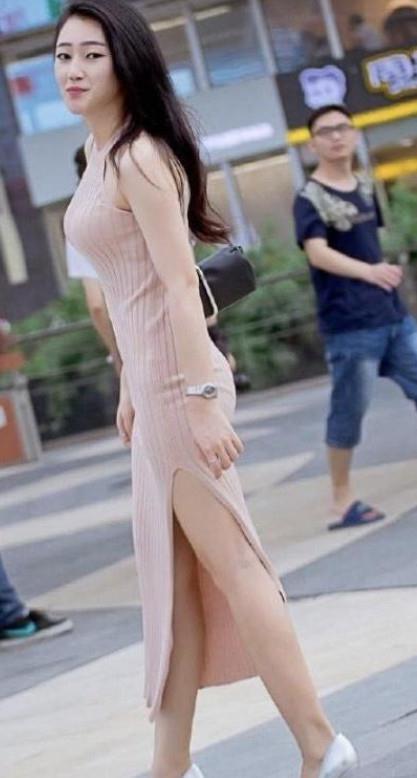 <b>街拍:羞涩可人的小姐姐,身姿迷人凹凸,实在迷人性感</b>