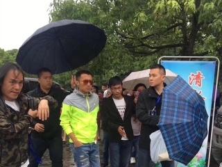 """当着窦靖童李嫣的面,王菲被男粉丝在人群中表白:""""我爱你王菲"""""""
