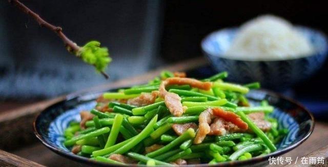 <b>炒蒜苔时,直接下锅炒大错特错!多加这1步,蒜苔翠緑更入味</b>
