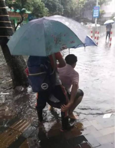 【转】北京时间      广州大雨 校长赤脚背学生过水洼 - 妙康居士 - 妙康居士~晴樵雪读的博客