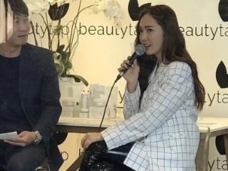 郑秀妍粉丝签售会,身着格纹西服搭配短靴,漆皮长裤