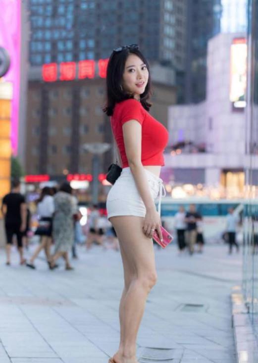 街拍:紧致身材的小姐姐,身材紧致动人,尽显青春迷人气息
