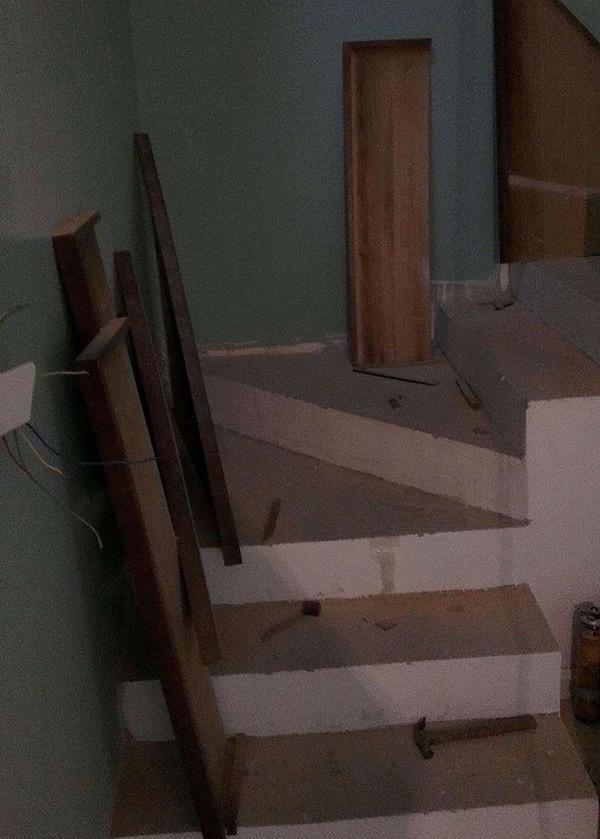农村人你家楼梯踏步还贴瓷砖?又丑又土!我家现浇贴木板,洋气!