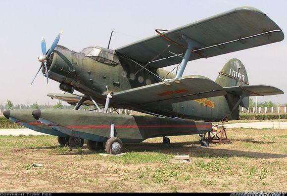 构浮筒改装水上飞机两架