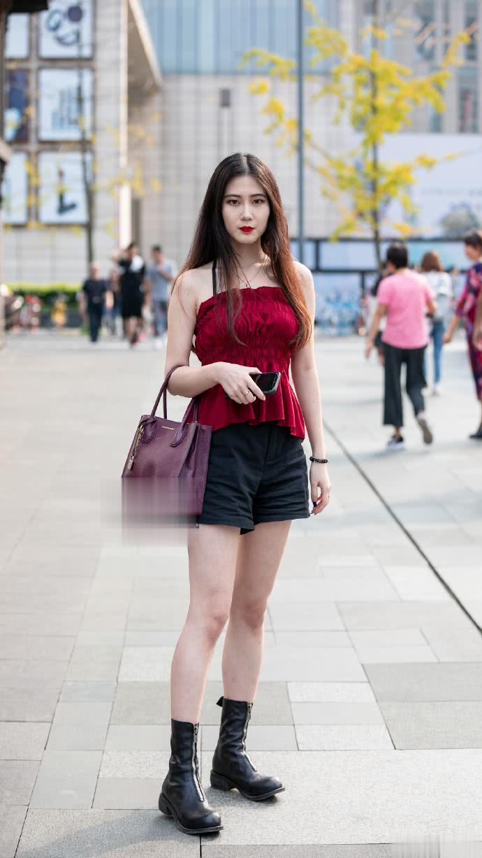 路人街拍:小姐姐真感穿,枣红色上衣+黑短裤,酷帅十足!