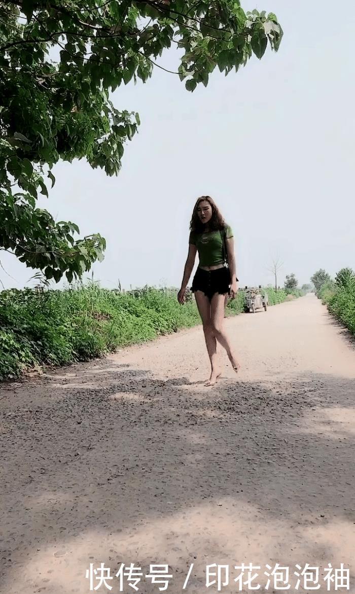 时尚摄影:乡下穿着短裤的美女悠闲散步,简单却能穿出不一样的美