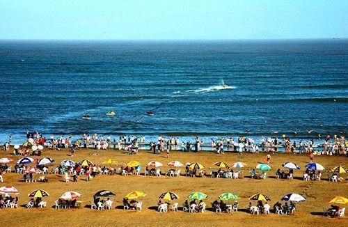 去海边为啥不要把身体埋进沙子里?导游:海水冲上来,你就明白了_图1