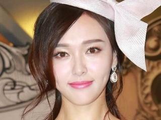 林志玲白裙太纯?她的粉唇才是装嫩的正确打开方式!