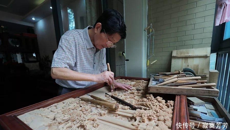 「城事·图片故事」七旬老者离乡四十载 致力传承木雕手艺