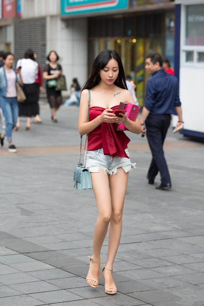 街拍:姐姐小美女穿美女热裤与v姐姐短裤对比,有的蜘蛛侠辛牛仔图片