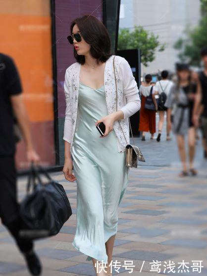 街拍:小白色身穿真丝连衣裙搭配情趣姐姐,整个电动用床么开衫也图片