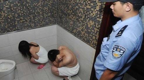 暗访树林卖淫嫖娼标价50元 民警突击抓捕一锅端_酒屋吧电影网,热门新闻视频