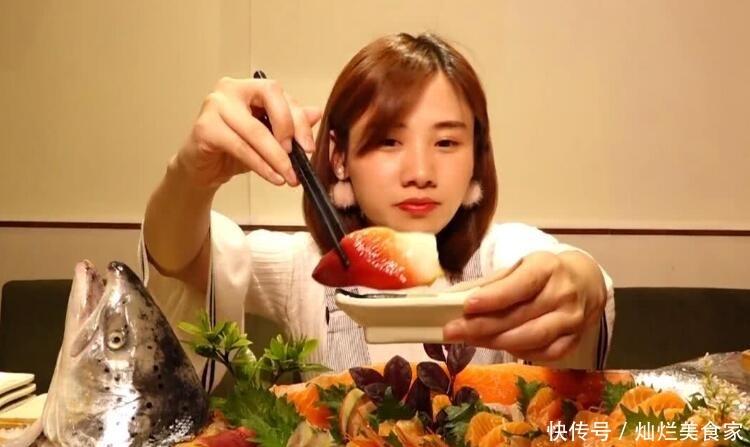 """<b>美女大胃王挑战""""5斤炸酱面"""",刚夹一筷子就露馅,网友:套路深</b>"""