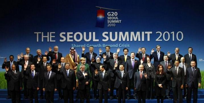 行。中国国家主席胡锦涛出席会议,发表题为《合力推动增长 合作谋求共赢》的讲话。 当天中午12时30分许,雨后的戛纳电影宫会议中心,二十国国旗迎风飘扬,盛装礼兵列队以待。本次峰会东道主、法国总统萨科齐站在红毯中央,与陆续前来的中国国家主席胡锦涛、美国总统奥巴马、俄罗斯总统梅德韦杰夫等二十国集团领导人握手合影。随后,峰会在会议中心的全会厅举行,各国领导人共商应对风险挑战、推动世界发展大计。 胡锦涛在峰会上发表讲话,就此阐述中国的做法和主张。 胡锦涛说,世界经济发展正处在何去何从的十字路口。作为国际经济合作的主