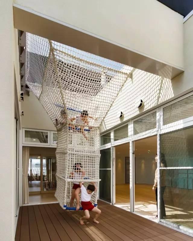 为什么一定要设计楼梯呢? 顺着绳索滑下来, 趣味性更浓, 还可以发展孩子的手脚协调能力呢! 当然,幼儿园除了开发思维能力外, 交往能力也是一个重要的方面。 早在Hibino sekkei 与Youji no Shiro设计幼儿园之前, 他们就考虑到对孩子社会交往能力的培养。 (点小图查看大图)