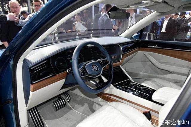 七座SUV的火爆使得许多品牌开始加快了产品布局的脚步,尤其是在合资层面,涌现出不少的优秀车型,像是大众途昂、斯柯达科迪亚克、标致5008,除此之外,在原有的中级SUV基础上研发的七座车型同样深受消费者的关注,汉兰达、锐界等车型同样卖的十分火爆。可以说,7座SUV作为有一个即将爆发的细分市场,每一个车企都不愿意放弃这一块蛋糕,而大众作为合资领域的执牛耳者,一款途昂当然不能够。  大众在SUV领域的竞争力远不如它的轿车业务,直到2010年,大众才推出了旗下首款国产SUV,也就是大名鼎鼎的途观,随后推出的途观L