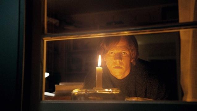 """《可爱的骨头》启用了不少的电脑特效,每个镜头的制作彼得杰克逊都和整个电脑特效制作团队一起探讨,可以说本片仍然是一部完全的""""彼得杰克逊""""电影。 比起彼得杰克逊的轻松,参演《可爱的骨头》的几位演员就显得相当严阵以待。在本片中有份出演的性格演员马克沃尔伯格说:""""最初知道要接拍这部戏是好几年前,那时候我认识彼得杰克逊,他对我说,有部电影需要你来演,我一直等着他给我电话,但直到他拍《可爱的骨头》,也没对我提这档子事,我以为他已经完全忘记了。结果有一天他突然对我说,我现在拍的戏需"""