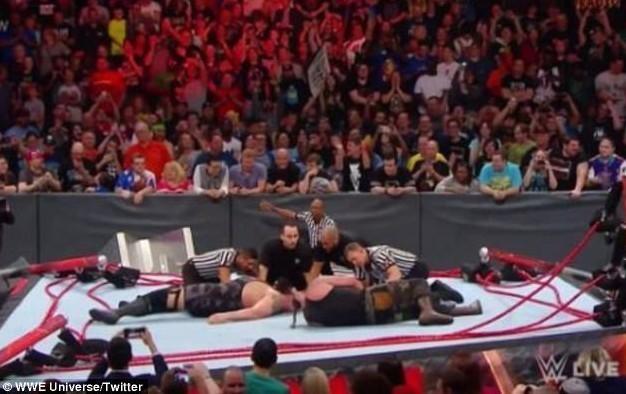 难以置信!美国摔跤手比赛时把台子压塌 -  - 真光 的博客