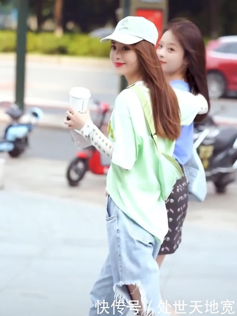 闺蜜街拍:好闺蜜一身休闲装逛街,清纯可爱有活力
