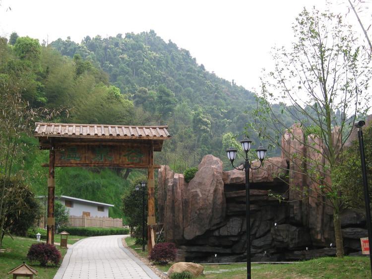 温泉四周森林茂密,古木参天,幽溪缠绕,且有一冷泉相伴,自然环境十分
