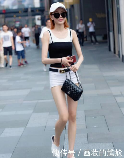 时尚街拍:小姐姐穿吊带背心搭配牛仔短裤去约会,尽显高挑身材