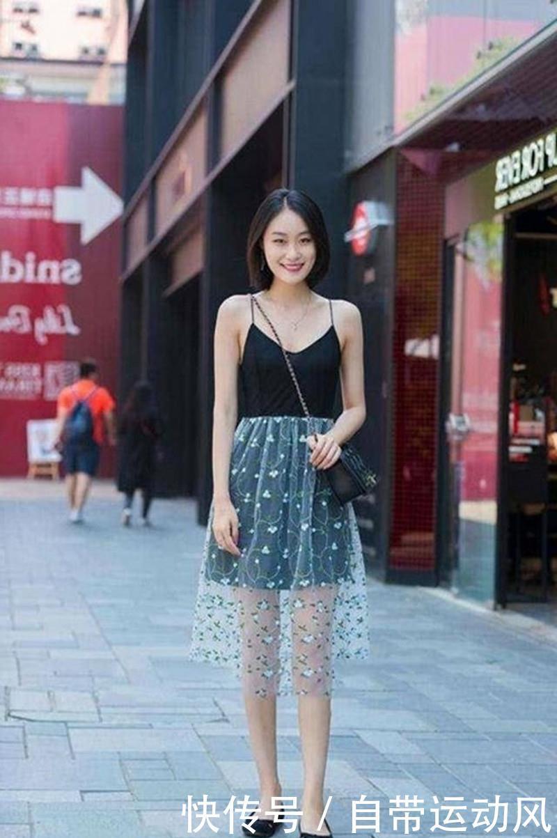 路人街拍:小姐姐身穿白色连衣裙,一颦一笑之间全是高贵优雅