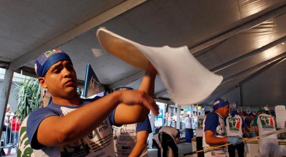 阿根廷厨师12小时制作数千张披萨 欲冲击世界纪录