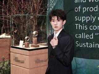 王源出席巴塞尔国际钟表珠宝展,与科林.费尔斯、朱丽安.摩尔合影