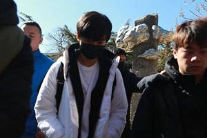 王俊凯现身北影艺考三试低头疾走工作人员帮开道