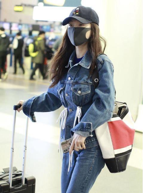 <b>霍思燕现身机场,牛仔套装凹出少女感,脚上的鞋子亮了!</b>