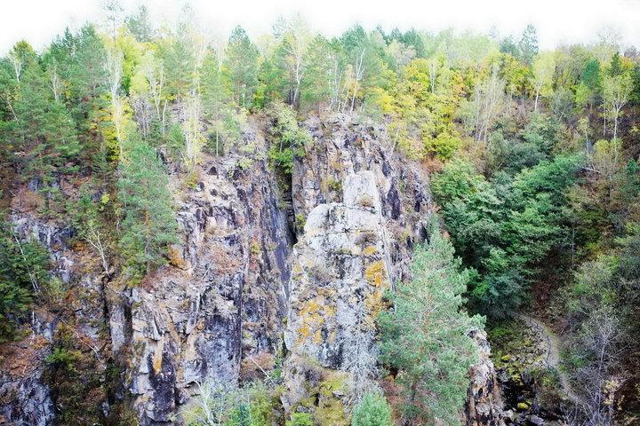 茅兰沟自然风景区位于嘉荫县向阳乡