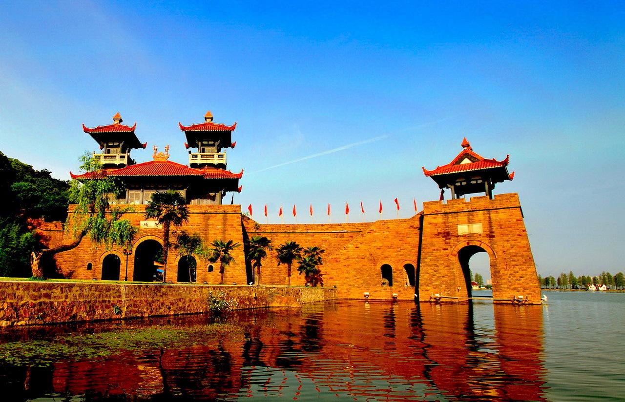 东湖    武汉东湖风景名胜区位于武汉市城区的内环与中环之间,景
