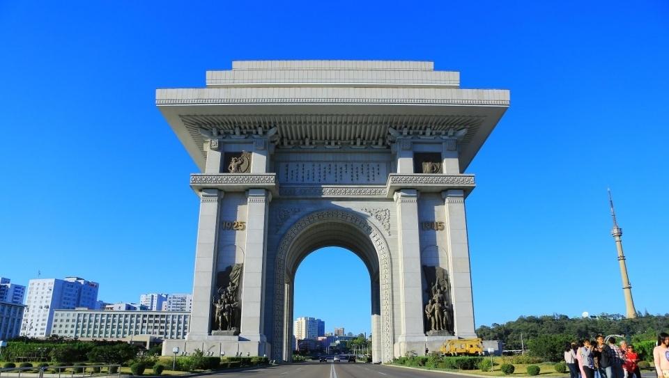<b>朝鲜,出租车限号,人们步行,有自行车专用道</b>